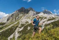 Austria, Tirol, Joven senderismo en las montañas en el lago Seebensee - foto de stock