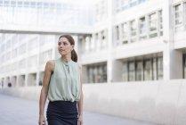 Портрет комерсантки, що самотньо виходить з дому. — стокове фото