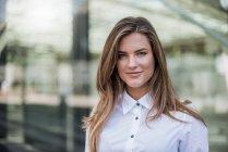 Retrato de jovem empresária sorridente — Fotografia de Stock