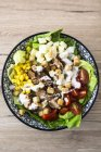 Чаша салат Цезар з м'ясом, кукурудзи та помідорів — стокове фото