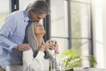 Heureux couple de personnes âgées boire du café à la maison — Photo de stock