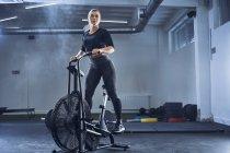 Спортивная женщина занимается аэробикой в спортзале — стоковое фото