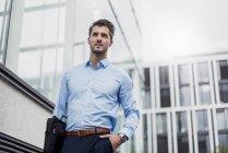 Молодий бізнесмен в місті за межами офісної будівлі — стокове фото