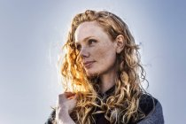 Портрет рыжеволосой женщины на улице — стоковое фото
