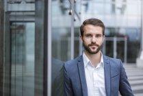 Retrato de confiante jovem empresário — Fotografia de Stock