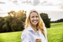 Portait de mulher feliz bebendo cerveja na paisagem rural — Fotografia de Stock