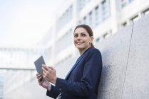 Portrait de femme d'affaires souriante avec tablette — Photo de stock