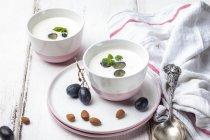 Ajo Blanco, gazpacho blanco, sopa fría española, almendras y uvas azules - foto de stock