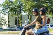 Coppia felice guida motorino in estate — Foto stock