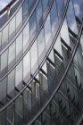 Польша, Варшава, часть фасада современного офисного здания — стоковое фото