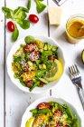 Lammsalat mit bunten Tomaten, Avocado, Parmesan und Curcuma Zitronendressing — Stockfoto