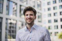 Портрет усміхнений бізнесмен ходьба в місті — стокове фото