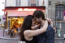 Francia, Parigi, giovane coppia innamorata nel quartiere Montmartre — Foto stock