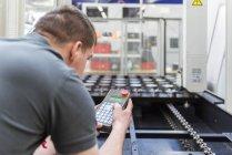 Homme machine d'exploitation dans l'usine — Photo de stock