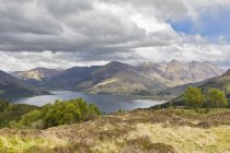 UK, Scotland, Kintail, view to Loch Duich and Five Sisters of Kintail — Stock Photo