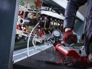 Nahaufnahme eines Arbeiters in einer Fabrik bei der Spurweite — Stockfoto