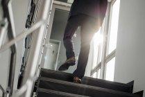 Ноги бизнесмена, идущего наверх — стоковое фото