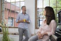 Reifes Paar zu Hause macht Pause, redet und trinkt Kaffee — Stockfoto
