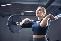 Женщина делает пресс-упражнения в тренажерном зале — стоковое фото