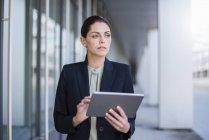Ritratto di donna d'affari seria con tablet — Foto stock
