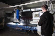 Stonemason working with CNC machine in his workshop — Stock Photo
