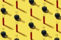 Fila de tubos de ensayo con fondo líquido y amarillo - foto de stock