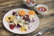 Pancake con fiori commestibili e infusione di fiori rossi — Foto stock