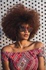 Ritratto di donna alla moda che indossa occhiali da sole a specchio — Foto stock