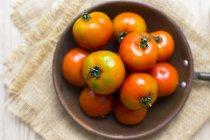 Tomates frescos en sartén, vista aérea - foto de stock