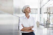 Портрет пожилой предпринимательницы, смотрящей вверх — стоковое фото