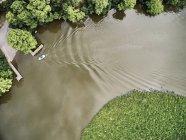 Estados Unidos, Virginia, barco en el río Chickahominy - foto de stock