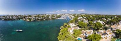 Spagna, Isole Baleari, Maiorca, Costa di Cala d'or e baia Cala Ferrera, case vacanze e ville — Foto stock
