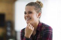 Portrait de jeune femme heureuse — Photo de stock