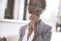 Ritratto di donna d'affari al telefono all'aperto — Foto stock
