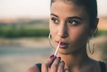 Porträt von Teenager-Mädchen in der Natur Anwendung Lipgloss — Stockfoto