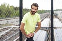 Homme gravant sur un pont ferroviaire — Photo de stock
