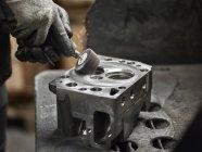 Arbeiter in metallverarbeitender Fabrik Schleifzylinderkopf — Stockfoto