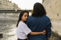 France, Paris, young couple in love at river Seine — Stock Photo