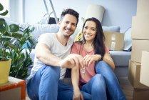 Портрет счастливой пары, въезжающей с ключами от новой квартиры — стоковое фото