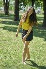 Портрет счастливой молодой женщины на лугу в парке — стоковое фото
