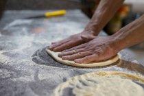 Крупним планом піци Бейкер підготовка піци тісто в кухні — стокове фото