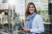 Портрет усміхнених молодих бізнеследі зі смартфоном — стокове фото