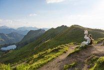 Allemagne, Bavière, Oberstdorf, mère et petite fille sur une randonnée dans les montagnes ayant une pause — Photo de stock