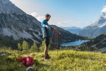Austria, Tyrol, Hiker setting up tent in mountains at Lake Seebensee — Stock Photo
