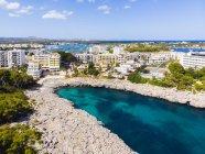 Spagna, Maiorca, Portocolom, Veduta aerea di Punta des Jonc, Baia di Cala Marcal, Hotel — Foto stock