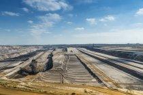 Deutschland, Tagebau Garzweiler, Schichten und Riesenbagger — Stockfoto
