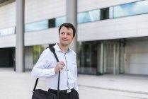 Retrato de homem de negócios sorridente na cidade — Fotografia de Stock