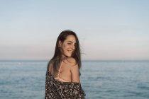Belle femme sur la plage, souriante, portrait — Photo de stock