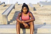 Giovane donna durante l'allenamento sulle scale — Foto stock