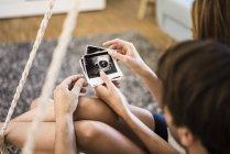Пара дивлячись на ультразвукове сканування будинку — стокове фото